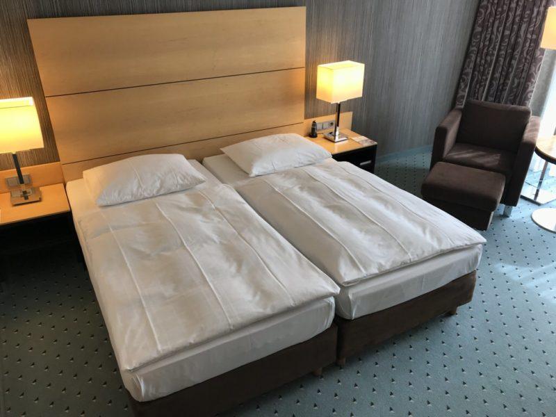 Mein gemütliches Bett, aus dem ich eigentlich gar nicht mehr aufstehen wollte im Maritim Hotel Düsseldorf am Flughafen