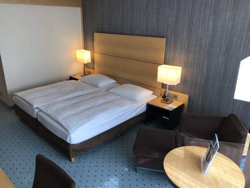 Das Bett vom Fenster her im Maritim Hotel Düsseldorf