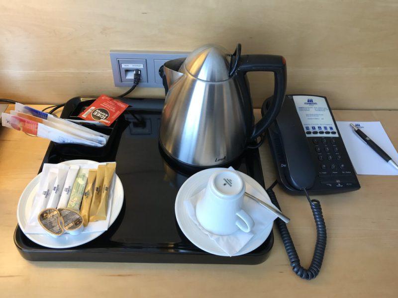 Wasserkocher und Telefon auf dem Schreibtisch