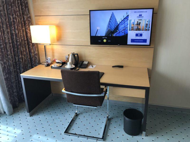 Großer Schreibtisch inklusive des großen LCD TV im Maritim Hotel Düsseldorf am Airport