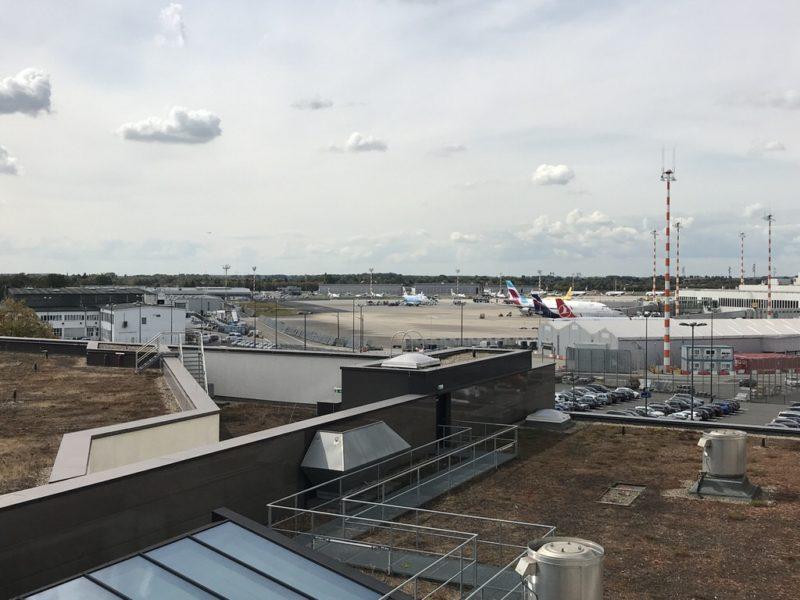 Und das beste: Das Fenster im Maritim lässt sich ganz öffnen und du kannst dem Flugtrieben auf dem Düsseldorfer Flughafen zuschauen