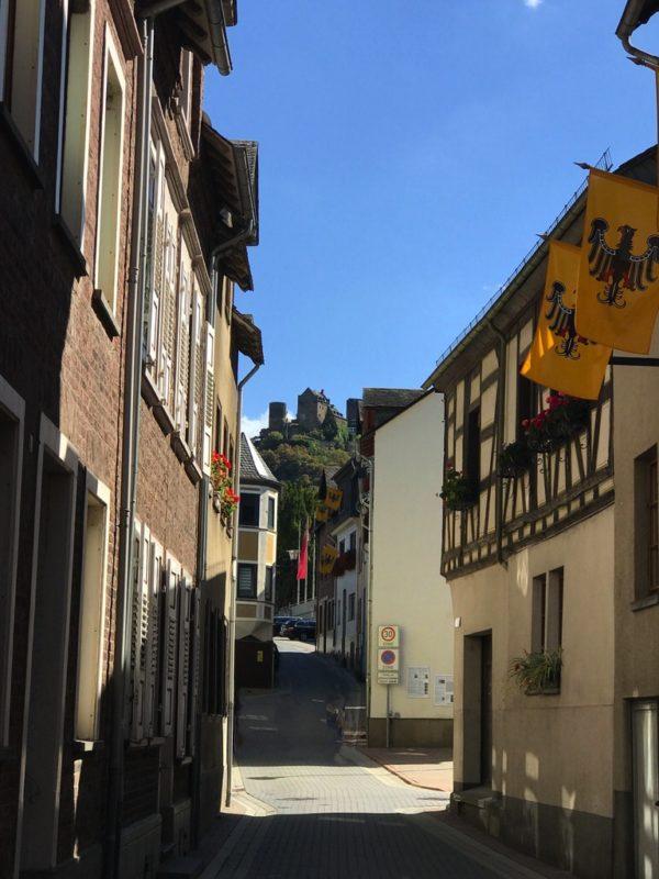 Ein Blick zurück durch die Gassen Oberwesels zur Schönburg