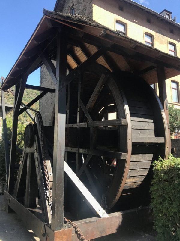 Ein Kran, angetrieben von Menschen in einem Rad früher in Oberwesel