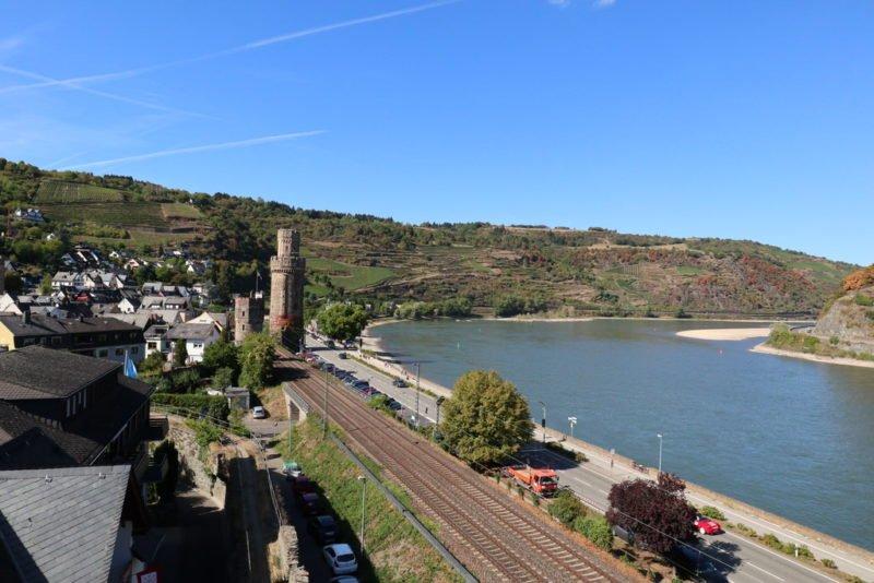 Blick entlang des Rheins auf den Ochsenturm und die wieder kultivierten Weinberge von Oberwesel