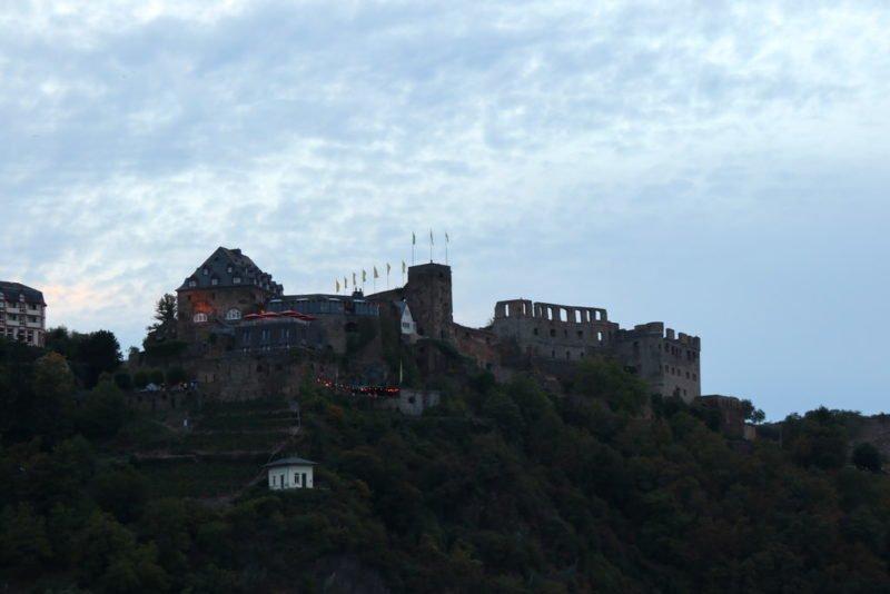 Burg Rheinfels überhalb von St. Goar bevor der Himmel dunkel wird bei Rhein in Flammen Oberwesel 2018