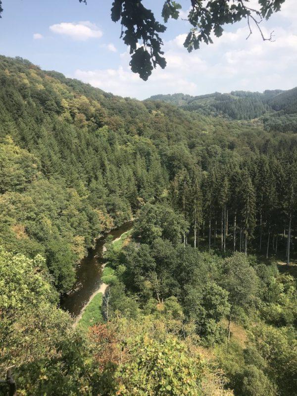 Ausblick zurück über das Ourtal mit der Our auf halber Höhe von der Kasselslay