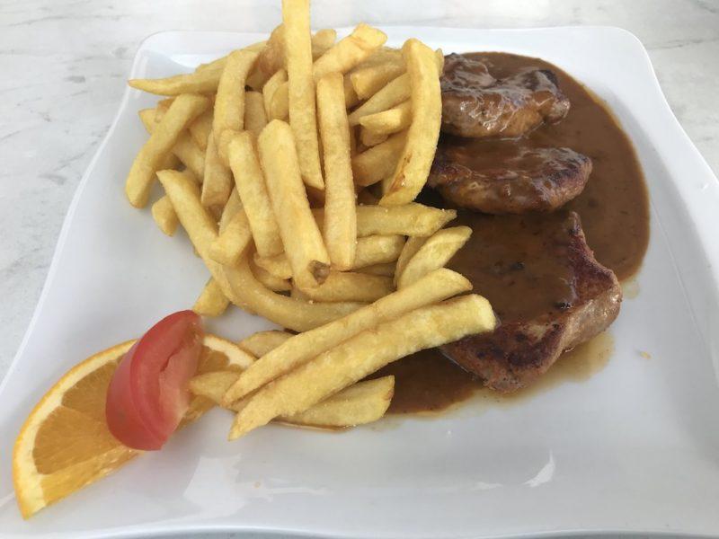 Filet mit Pommes zum Abendessen im Hotel Haus Hubertus Winterspelt