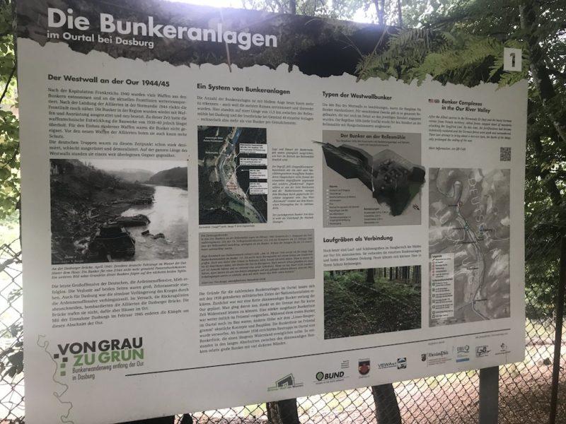 Hinweistafel auf die Bunkeranlagen des 2. Weltkriegs entlang des Westwalls an der Our