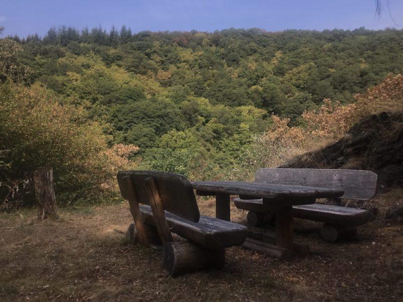 Am Rastplatz bietet sich eine schöne Aussicht in der Tal der Our