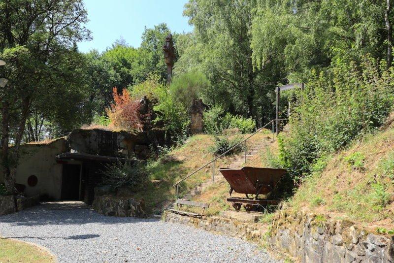Der Weg vom Parkplatz zum Westwall Museum in Irrel