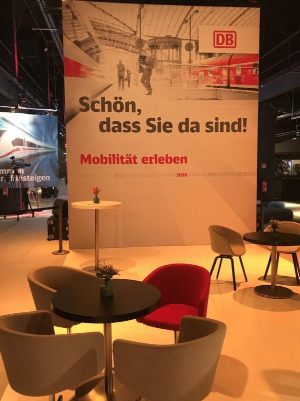 Begrüßung und die einfachen neuen Sessel der DB Lounge