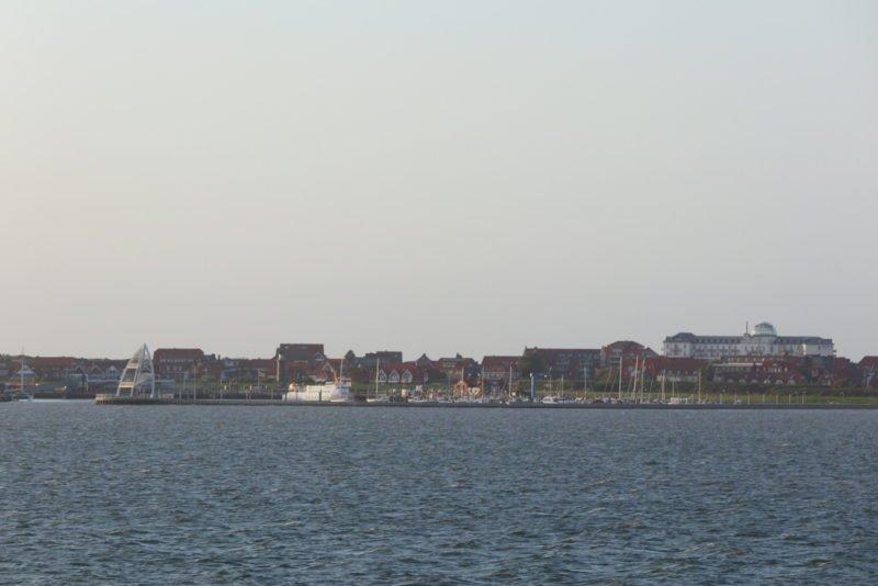 Der Hafen von Juist ist in Sichtweite, gut erkennbar an dem neuen Wahrzeichen von Juist, dem dritten Seezeichen in Form einer treibenden Boje