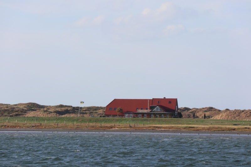 Restaurant Domäne Bill vom Wasser aus auf dem Weg zu den Seehundbänken