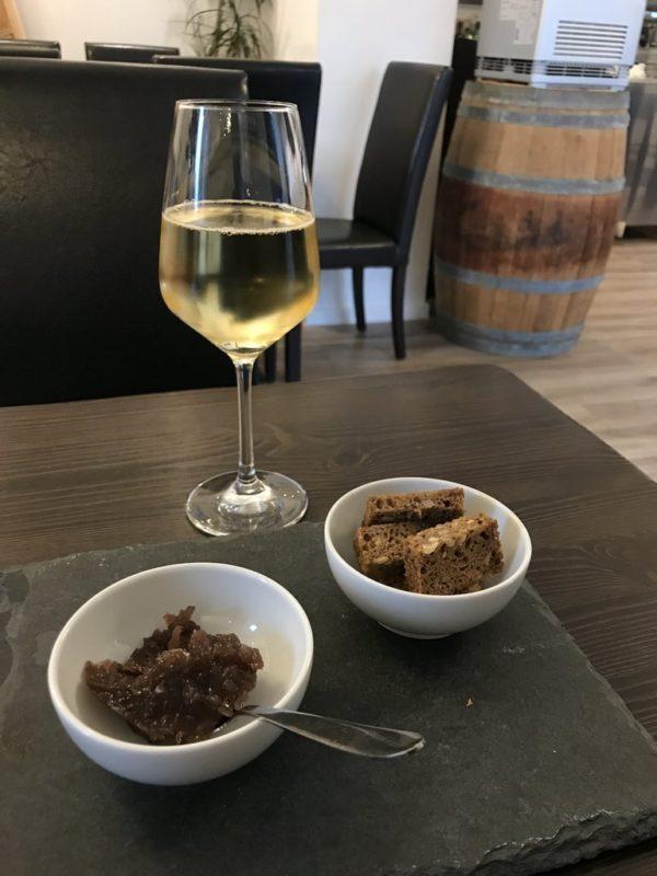 Wein mit Roter Zwiebel Marmelade im Meeresleuchten Juist