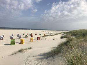 Bunte Strandkörbe am Juister Strand