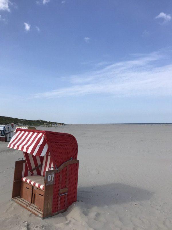 Einzelner roter Strandkorb am Juister Strand