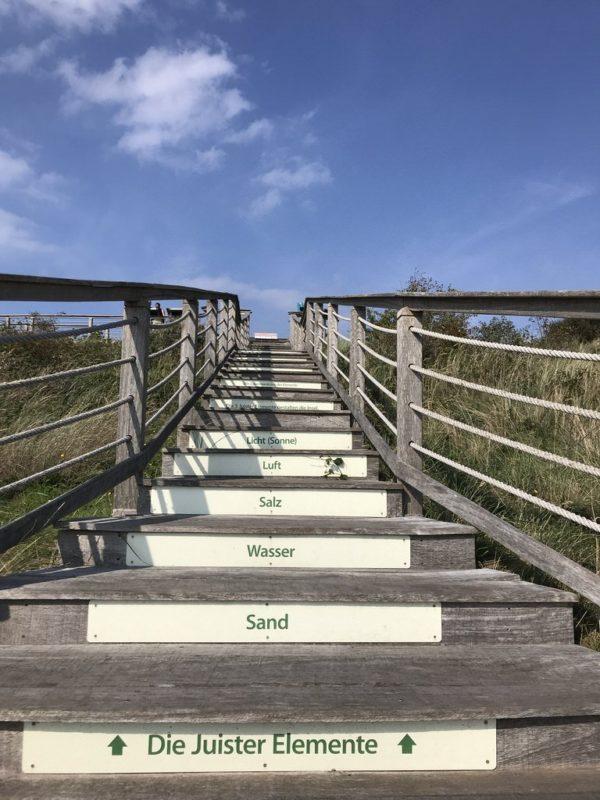 Schon die Stufen nach oben zum großen Aussichtsplattform zeigen, um was es auf dem Otto Leege Pfad geht: die 5 Juister Elemente