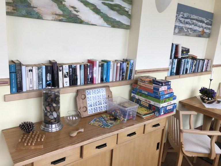 Bücher und Spiele gibt es für die Gäste im Haus Sonnenheim Juist auch