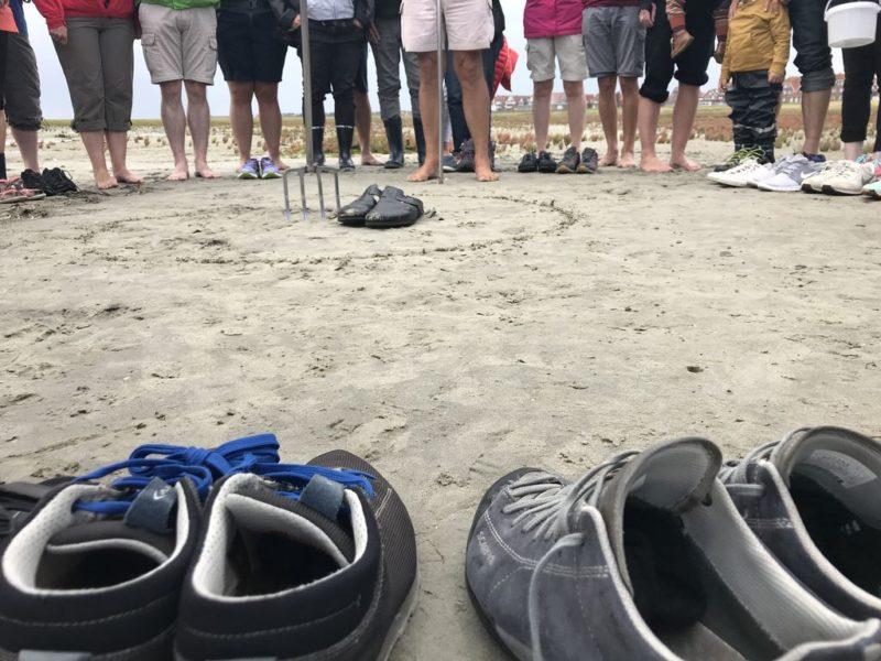 Schuhe im Kreis, Menschen im Kreis bei der Wattführung mit Heino auf Juist