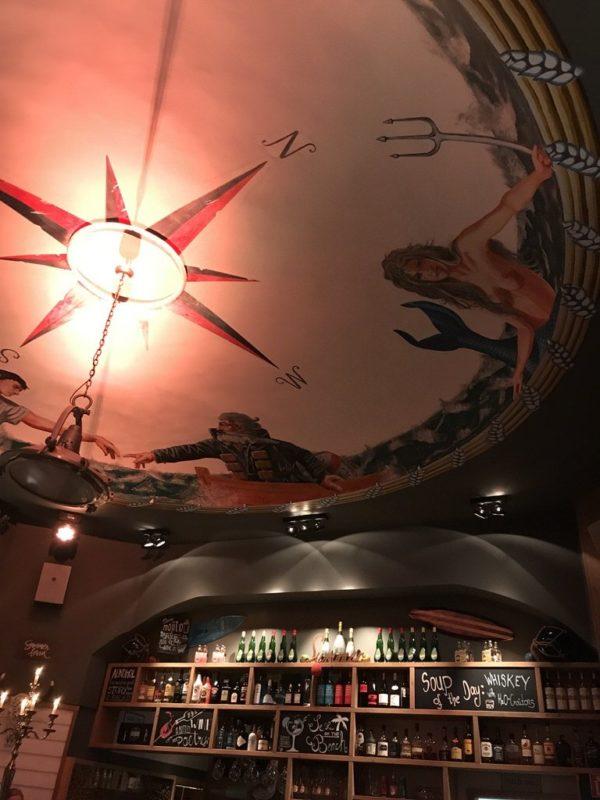 Ein Blick an die Decke und die Spirituosensammlung an der Bar im Cafe del Mar auf Juist