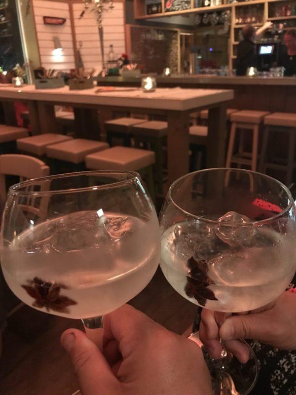 Leckerer Gin Tonic mit Anisstern im cafe del Mar auf Juist