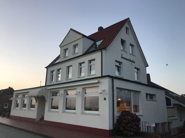 Das Haus Sonneneheim Juist fällt schon durch seine Größe und die weiße Farbe auf