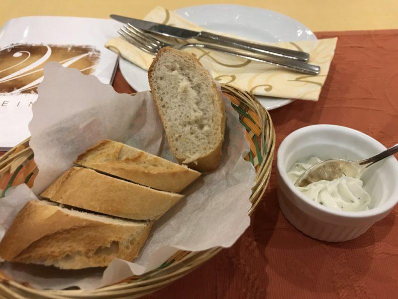 Vorspeise vor der Currywurst: Baguettebrot mit selbstgemachten Dipp