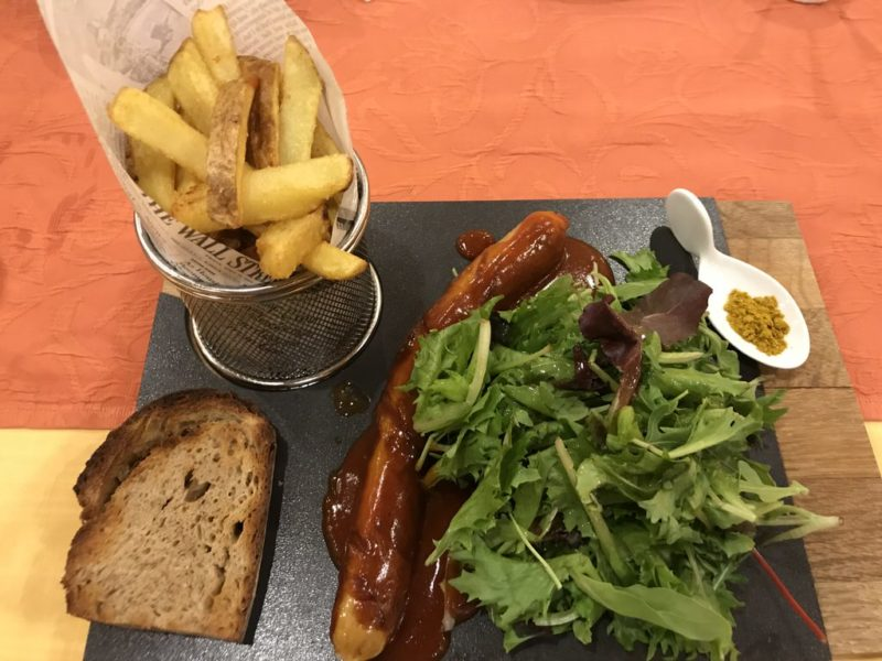 Juister Currywurst mit handgeschnittenen Pommes und Salat in der Hubertusklause Juist