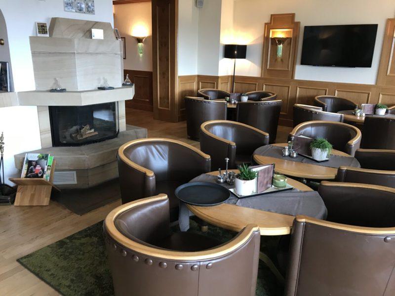 Ein Blick in die Kaminbar des Standhotels Kurhaus Juist - gemütlich mit Ledersesseln am Kamin
