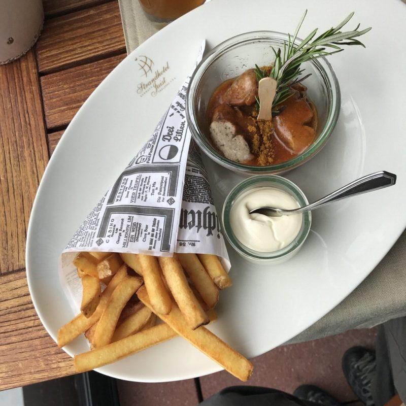 Currywurst mit Sanddorncurrysauce im Strandhotel Kurhaus Juist