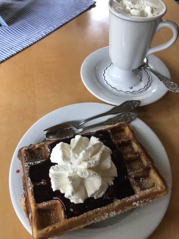 Waffel mit Kirschen und Sahne sowie ein Holländischer Kaffee