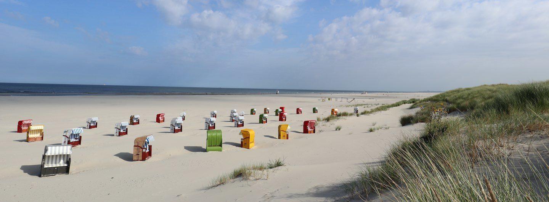 Der Strand von Juist mit vielen bunten Strandkörben