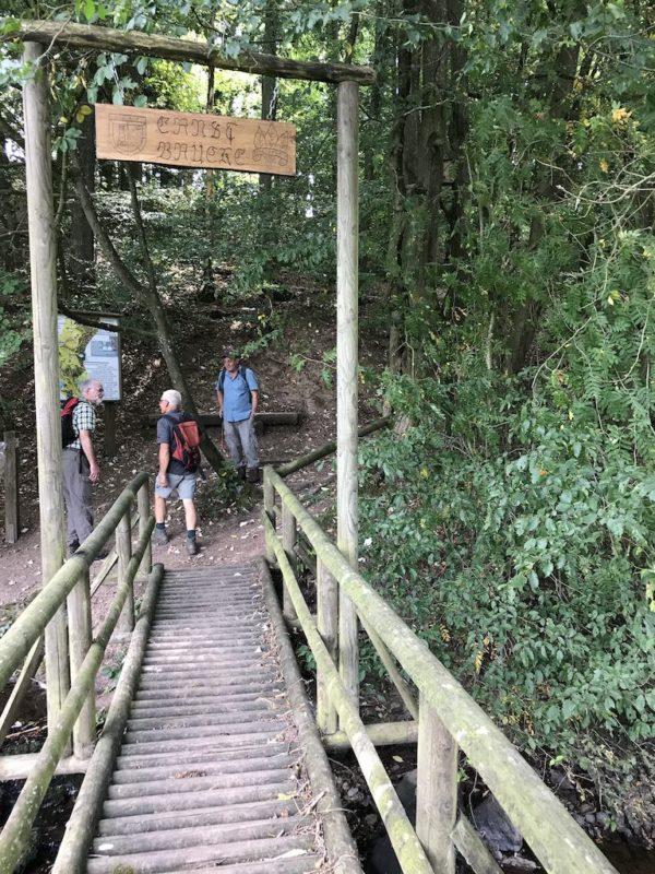 Kleine Brücke über den Alfbach auf dem Bach Pfad