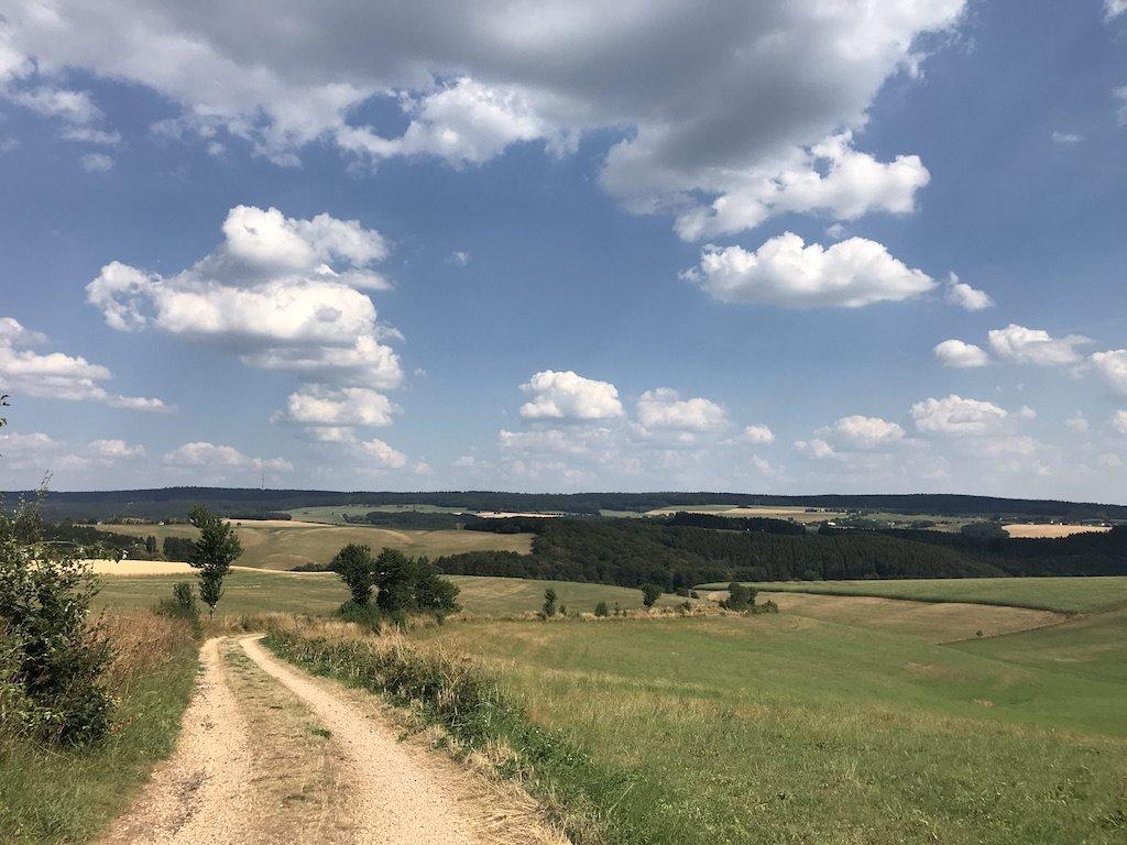 Was für ein Ausblick, was für Wolken auf dem Bach Pfad des NaturWanderParks delux nach etwa 11 km