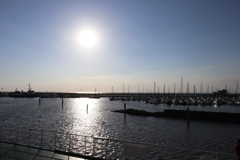 Die Sonne über dem Yachthafen von Norddeich Mole im September 2018 vor der Fährüberfahrt nach Juist