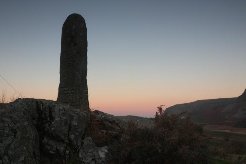 Stein an der Church of Ireland von Glencolumbkille bei Sonnenaufgang