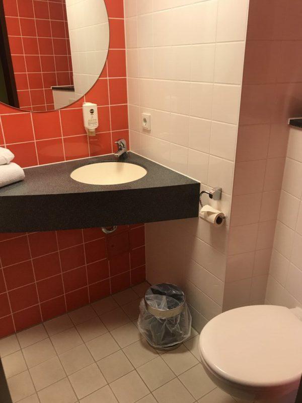 Und die Toilette ist ebenfalls im Badezimmer des B&B Hotels Koblenz