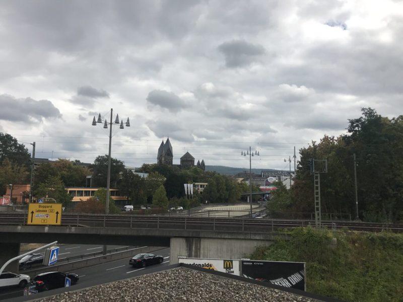 Blick aus dem zimmer: Bahngleis und Strasse