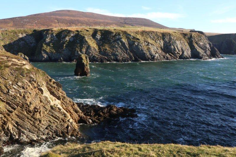 Ein einsamer Fels in der Bucht neben dem Silver Strand Malin Beg