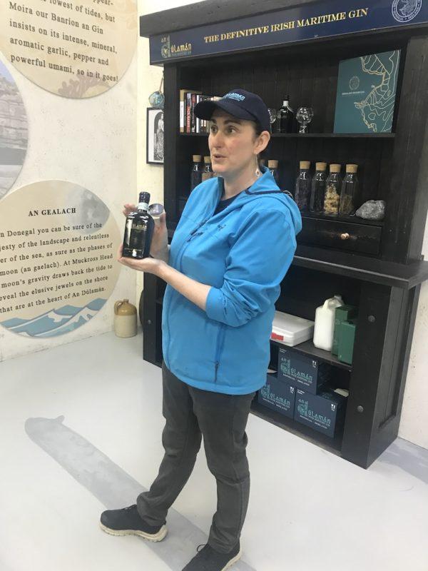 Marion Mc Ginley von der Sliabh Liag Distillery zeigt uns eine Flasche An Dúlamán Maritime Gin