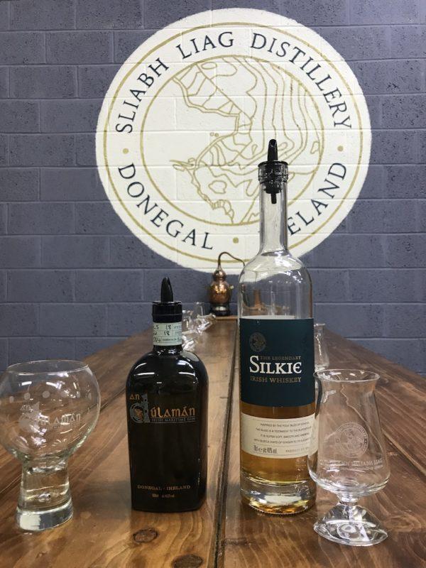 An Dúlamán Gin und Silkie Whiskey warten darauf, von uns verkostet zu werden in der Sliabh Liag Distillery in Carrick, Donegal