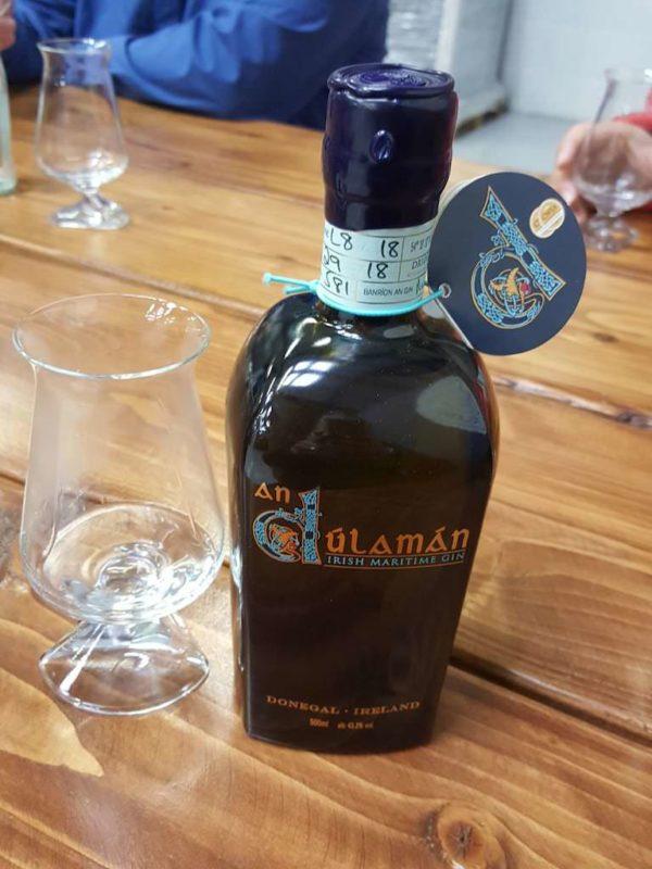 An Dúlamán Maritime Gin bereit für das Tasting in der Sliabh Liag Distillery in Carrick, Donegal