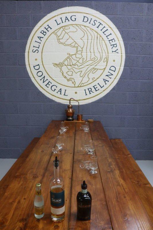 Der Tisch ist bereits eingedeckt für das Gin- und Whiskeytasting in der Sliabh Liag Distillery