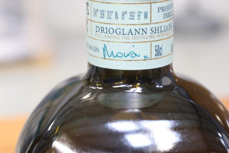 Handschriftliche Beschriftung aller Gin Flaschen von Moira