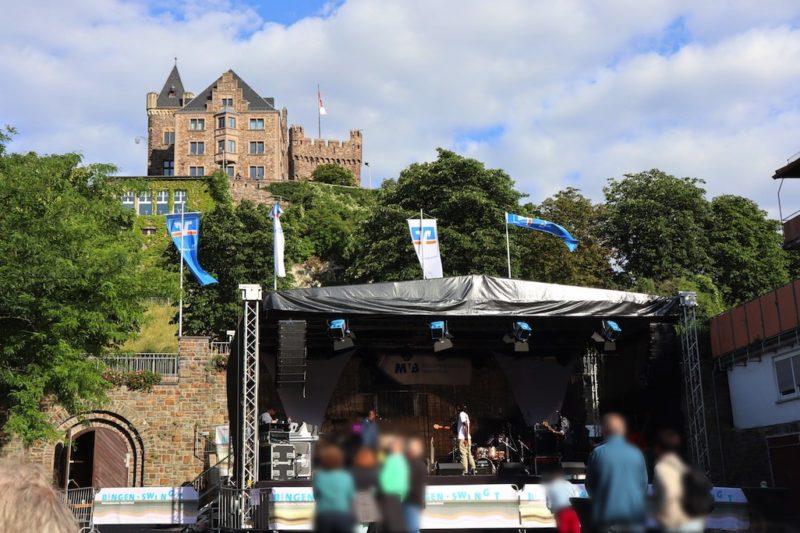 Die Burg Klopp thront über Bingen und der Bühne auf dem Bürgermeister-Neef-Platz