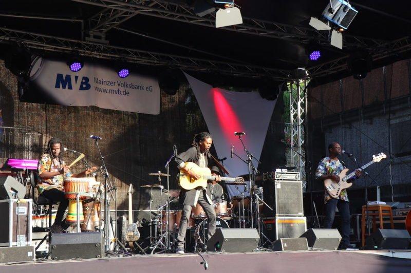 Herve Samb auf der Bühne bei Bingen swingt 2018