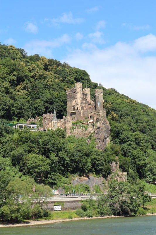 Das Romantik-Schloß Burg Rheinstein fasziniert mich immer aufs Neue, und trotzdem habe ich es noch nicht geschafft, das mal zu besuchen... auch nicht während Bingen swingt :/