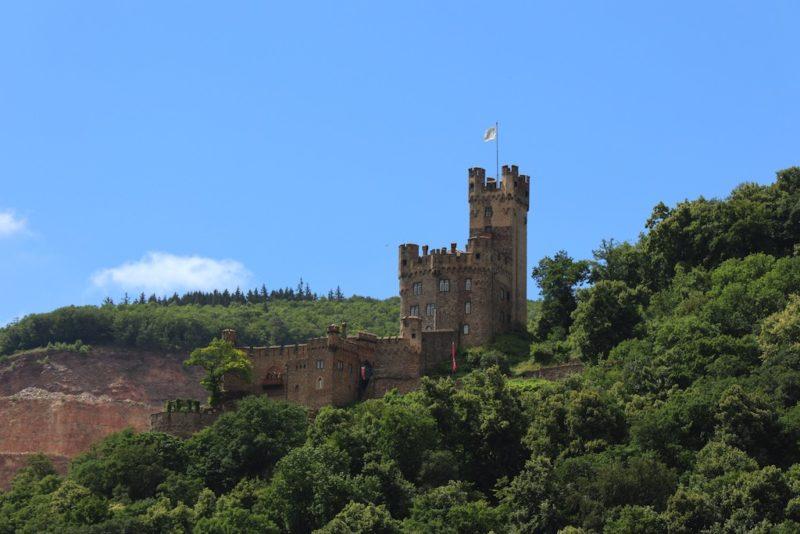 Das Romantik-Schloß Burg Rheinstein von der anderen Seite, immer noch vom Rhein aus bei Bingen swingt