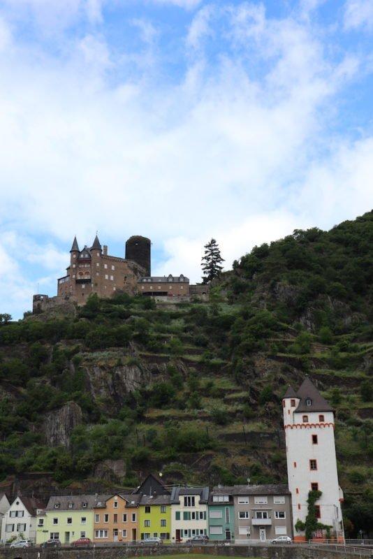 Wehrburg Katz über St. Goarshausen mit dem historischen Stadtturm mit dem Lorleymuseum