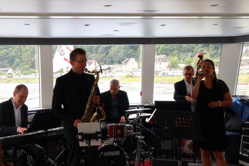 Henning Wolter's Summertime Swing mit der unglaublichen Sängerin Thanh Mai Susann Kieu bei dem Riverboat-Shuffle zu Bingen swingt